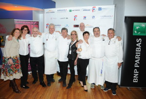 44.6 - The chefs posing with Team Members Catherine de Lotbiniere, Marie-Jose Hunter, Renée Ketcham and Laurence Teinturier - photo by Stephane Kossmann