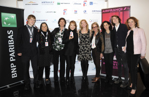 95 - Nathalie Baye with members of the Team - Photo by Stéphane Kossmann